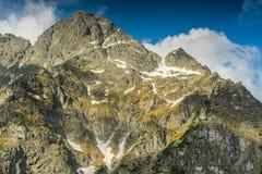 Alta sommità rocciosa in montagne di Tatra al primo mattino Fotografia Stock