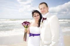 Alta spiaggia chiave delle coppie felici di cerimonia nuziale Fotografie Stock Libere da Diritti