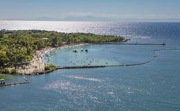 Alta spiaggia di mogano ultra tagliente della baia di ricerca da sopra Fotografia Stock Libera da Diritti