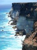 Alta spiaggia rocciosa con spuma. Immagini Stock