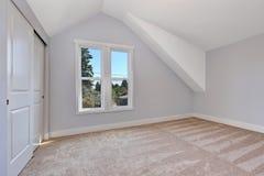 Alta stanza vuota del soffitto arcato con il pavimento di tappeto Fotografia Stock Libera da Diritti