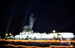 Alta statua di Buddha a penombra nel giorno di Visakha Puja Immagine Stock