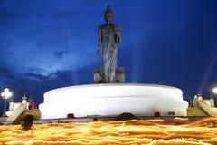 Alta statua di Buddha a penombra nel giorno di Visakha Puja Fotografia Stock Libera da Diritti
