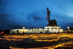 Alta statua di Buddha a penombra nel giorno di Visakha Puja Fotografie Stock Libere da Diritti