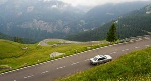 Alta strada alpina con l'automobile Immagini Stock