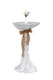 Alta tabla con el mantel y la harpillera blancos Fotografía de archivo