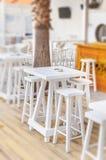 Alta tavola di legno di ubicazione nel club della spiaggia aperto Immagine Stock Libera da Diritti