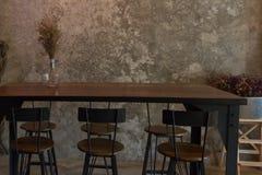 Alta tavola di legno sul fondo della parete del cemento Fotografie Stock