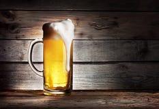 Alta tazza spumosa di birra leggera Immagine Stock Libera da Diritti