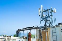 Alta telecomunicazione della costruzione metallica dell'albero sulla torre con cielo blu Immagini Stock