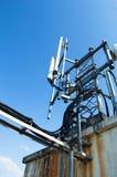Alta telecomunicazione della costruzione metallica dell'albero sulla torre con cielo blu Fotografia Stock