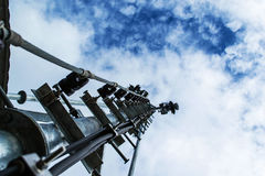 Alta telecomunicazione della costruzione metallica dell'albero sulla torre con la s blu Immagini Stock Libere da Diritti