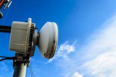 Alta telecomunicazione della costruzione metallica dell'albero sulla torre con la s blu Immagine Stock
