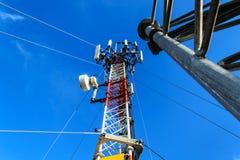 Alta telecomunicazione della costruzione metallica dell'albero sulla torre con la s blu Fotografia Stock Libera da Diritti