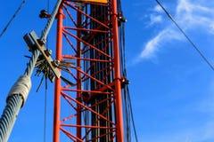 Alta telecomunicazione della costruzione metallica dell'albero sulla torre con la s blu Fotografie Stock