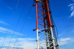 Alta telecomunicazione della costruzione metallica dell'albero sulla torre con la s blu Immagine Stock Libera da Diritti