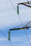 A alta tensão prende linhas de transmissão da potência Imagem de Stock
