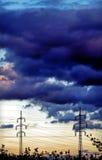 Alta tensione, cielo nuvoloso Fotografie Stock Libere da Diritti