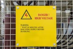 Alta tensione del pericolo del segno del metallo Fotografie Stock
