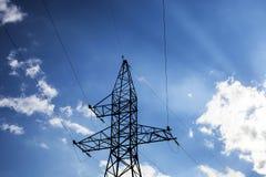 Alta tensione elettrica del palo isolata su cielo blu Fotografia Stock Libera da Diritti