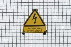 Alta tensione tedesca del ` del segnale di pericolo, il pericolo per il tedesco del ` di vita: ` Hochspannung, ` di Lebensgefahr Fotografia Stock Libera da Diritti
