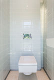 Alta toilette di lucentezza in bagno moderno Fotografia Stock