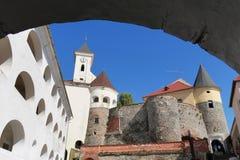Alta torre bianca con un orologio del palanka del castello di Mukachiv in Transcarpathia Fotografia Stock