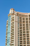 Alta torre che costruisce sopra il cielo Fotografia Stock Libera da Diritti