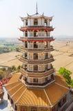 Alta torre cinese antica della pagoda al thamsua del wat, Tailandia Fotografia Stock Libera da Diritti