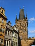 Alta torre con i merli di Charles Bridge a Praga vecchia Immagini Stock Libere da Diritti