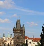 Alta torre con i merli di Charles Bridge a Praga vecchia Fotografia Stock Libera da Diritti