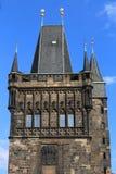 Alta torre con i merli di Charles Bridge a Praga vecchia Fotografie Stock Libere da Diritti