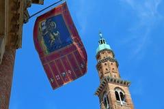 alta torre con la bandiera nella città Italia di Vicenza Fotografia Stock Libera da Diritti