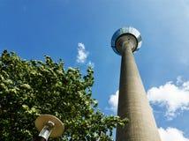 Alta torre con un bello cielo nei precedenti immagini stock libere da diritti