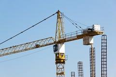 Alta torre Crane Operating di aumento al cantiere Immagini Stock
