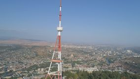 Alta torre de la TV en el parque Mtatsminda en la monta?a