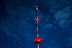 Alta torre de radio en la noche Fotografía de archivo