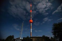 Alta torre de radio en la noche Foto de archivo libre de regalías