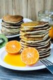 Alta torre dei pancake con la salsa del mandarino sul piatto bianco Fotografia Stock Libera da Diritti