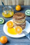 Alta torre dei pancake e della salsa del mandarino Fotografie Stock