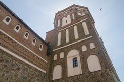 Alta torre del castello che va su nel cielo blu profondo Fotografia Stock