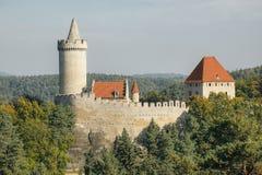 Alta torre del castello di Kokorin nell'area del paesaggio di Kokorinsko in repubblica Ceca autunnale Immagine Stock