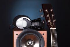 Alta torre dell'altoparlante con la chitarra acustica Fotografie Stock Libere da Diritti