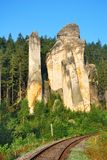 Alta torre dell'arenaria con il binario ferroviario Fotografia Stock Libera da Diritti