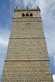 Alta torre della roccia della cattedrale di Gemona Immagini Stock