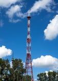 Alta torre della televisione sui precedenti Immagini Stock Libere da Diritti