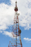 alta torre della TV con l'attrezzatura di telecomunicazione Immagine Stock