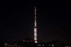 Alta torre della TV nella notte Fotografia Stock Libera da Diritti