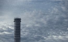 Alta torre di aumento con il contesto di nuvoloso in cielo blu fresco Immagini Stock Libere da Diritti