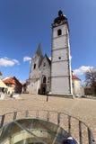 Alta torre di chiesa bianca della cattedrale di Pisek Immagini Stock